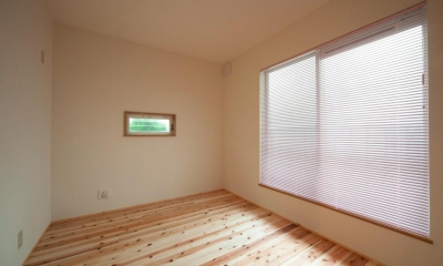 東京都目黒区・斜天井にパイン材を貼り、涼やかな空間に (優しい光を取り込む個室)