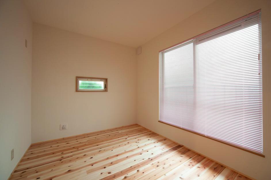 東京都目黒区・斜天井にパイン材を貼り、涼やかな空間にの写真 優しい光を取り込む個室