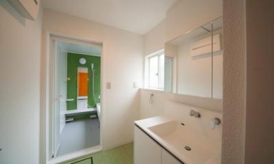東京都目黒区・斜天井にパイン材を貼り、涼やかな空間に (グリーンがアクセントの洗面・浴室)