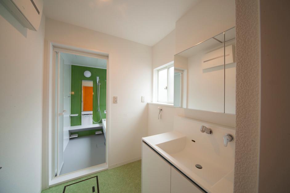 東京都目黒区・斜天井にパイン材を貼り、涼やかな空間にの写真 グリーンがアクセントの洗面・浴室