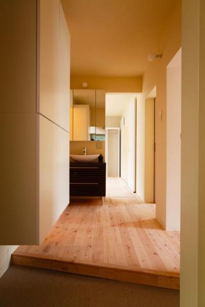 埼玉県和光市・緑豊かな旧公団住宅を、シンプルで暖かな空間へ (開放的な玄関ホール)
