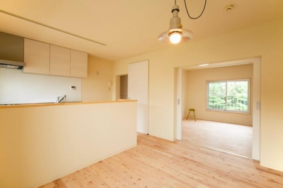 埼玉県和光市・緑豊かな旧公団住宅を、シンプルで暖かな空間へ (優しい色合いのLDK)