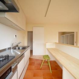テラコッタ調フロアタイルのキッチン
