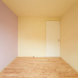 埼玉県和光市・緑豊かな旧公団住宅を、シンプルで暖かな空間へ (ピンクとイエローの優しい色合いの寝室)
