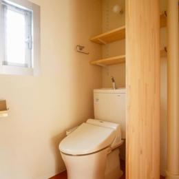 埼玉県和光市・緑豊かな旧公団住宅を、シンプルで暖かな空間へ (テラコッタ調フロアタイルのトイレ)