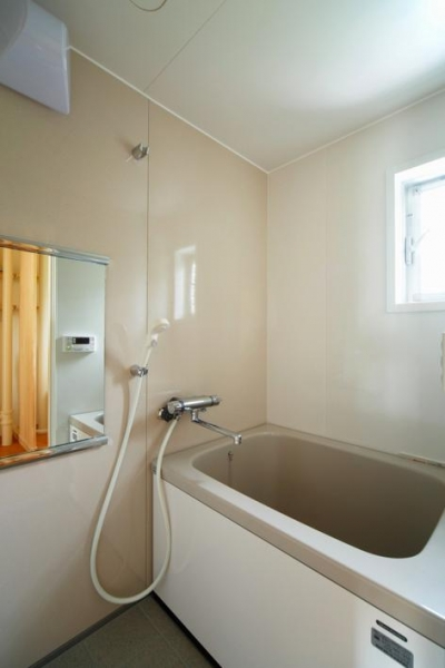 埼玉県和光市・緑豊かな旧公団住宅を、シンプルで暖かな空間へ (シンプルな浴室)
