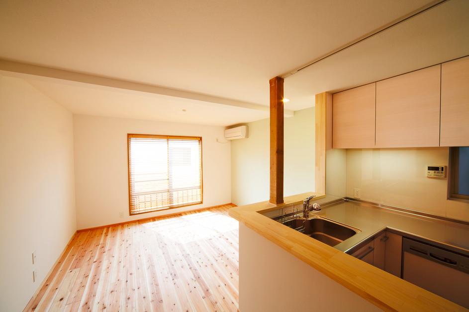 東京都新宿区・戸建てを自然素材の暖かさとお好みテイストで (明るい光の差し込むLDK)