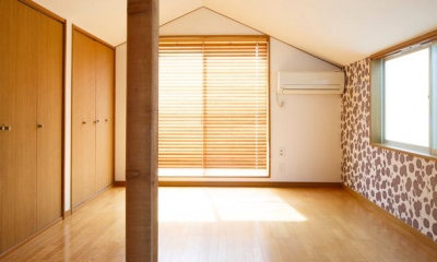 明るく開放的な寝室-柄クロス|東京都新宿区・戸建てを自然素材の暖かさとお好みテイストで