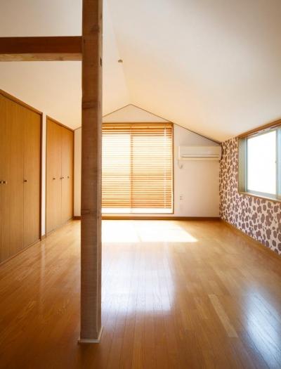 東京都新宿区・戸建てを自然素材の暖かさとお好みテイストで (明るく開放的な寝室-柄クロス)