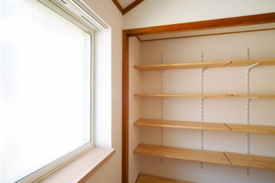 壁一面の可動棚 (東京都新宿区・戸建てを自然素材の暖かさとお好みテイストで)