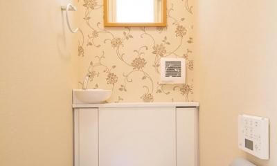 花柄クロスがアクセントのトイレ 東京都新宿区・戸建てを自然素材の暖かさとお好みテイストで