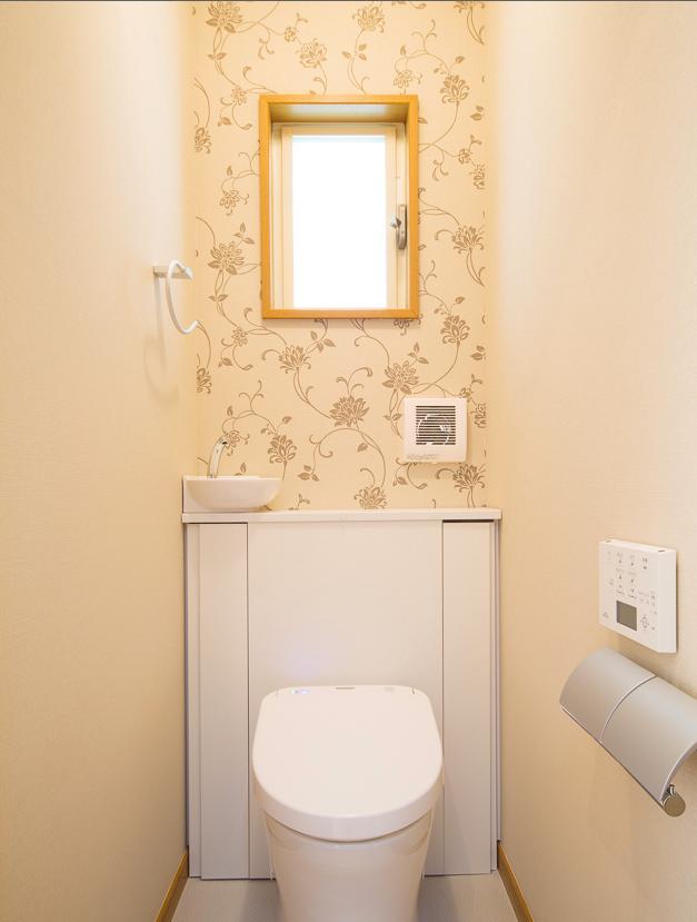 東京都新宿区・戸建てを自然素材の暖かさとお好みテイストでの部屋 花柄クロスがアクセントのトイレ