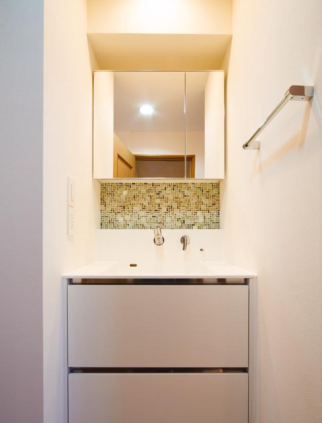 東京都新宿区・戸建てを自然素材の暖かさとお好みテイストでの部屋 モザイクタイルがアクセントの洗面室