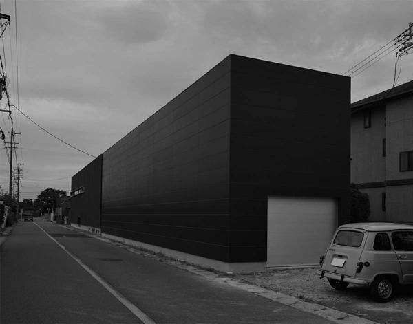 稲沢GHの写真 外部に対して一切の開口を持たない黒い外観