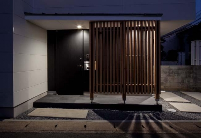 木格子のある玄関 (カタピラ)
