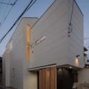 3層分のボリュームをもつ2階建て住宅