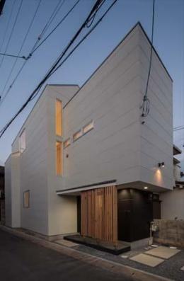 カタピラ (3層分のボリュームをもつ2階建て住宅)