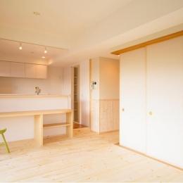 東京都荒川区・腰壁をポイントに、パインと珪藻土で統一したさわやかな空間へ (パインと珪藻土を使った自然素材のLDK)