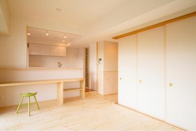 パインと珪藻土を使った自然素材のLDK (東京都荒川区・腰壁をポイントに、パインと珪藻土で統一したさわやかな空間へ)