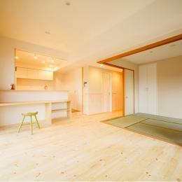 東京都荒川区・腰壁をポイントに、パインと珪藻土で統一したさわやかな空間へ (和室と一体になる開放的なLDK)