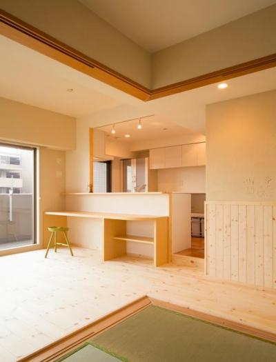 東京都荒川区・腰壁をポイントに、パインと珪藻土で統一したさわやかな空間へ (和室よりキッチンを見る)