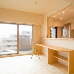 東京都荒川区・腰壁をポイントに、パインと珪藻土で統一したさわやかな空間へ (キッチン対面下のカウンター机)