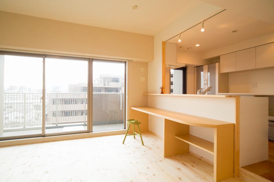 東京都荒川区・腰壁をポイントに、パインと珪藻土で統一したさわやかな空間への写真 キッチン対面下のカウンター机