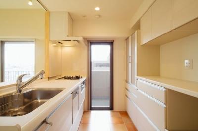 東京都荒川区・腰壁をポイントに、パインと珪藻土で統一したさわやかな空間へ (明るいキッチン)