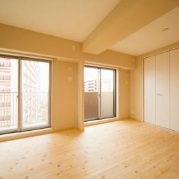 東京都荒川区・腰壁をポイントに、パインと珪藻土で統一したさわやかな空間へ (明るく開放的な寝室)
