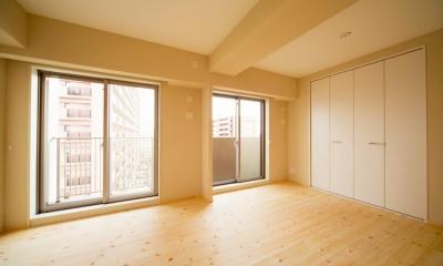 明るく開放的な寝室|東京都荒川区・腰壁をポイントに、パインと珪藻土で統一したさわやかな空間へ
