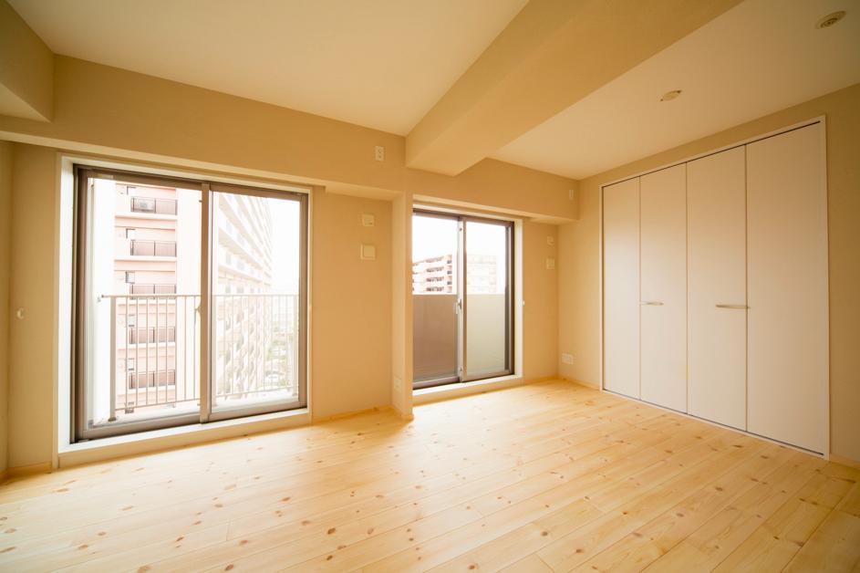 東京都荒川区・腰壁をポイントに、パインと珪藻土で統一したさわやかな空間への写真 明るく開放的な寝室