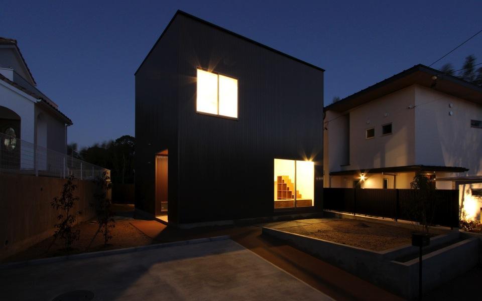 "『tsumiki』""個""の空間を強調、多様な居場所を持つ住宅の部屋 箱型の外観-夜景"