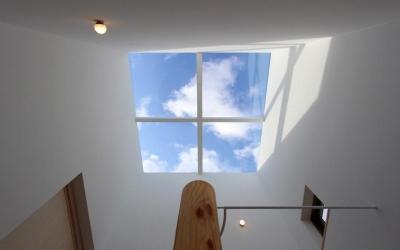 """『tsumiki』""""個""""の空間を強調、多様な居場所を持つ住宅 (空を切り取るトップライト)"""