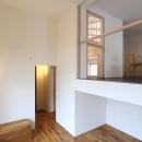 """『tsumiki』""""個""""の空間を強調、多様な居場所を持つ住宅の写真 レベル差のあるリビングとダイニング"""