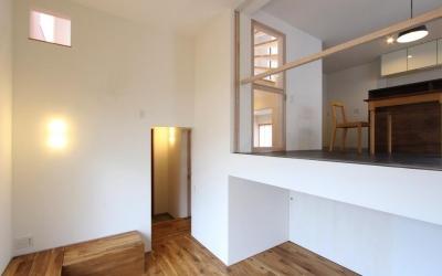 """『tsumiki』""""個""""の空間を強調、多様な居場所を持つ住宅 (レベル差のあるリビングとダイニング)"""