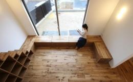 "『tsumiki』""個""の空間を強調、多様な居場所を持つ住宅 (ベンチ収納のある寛ぎのリビング)"