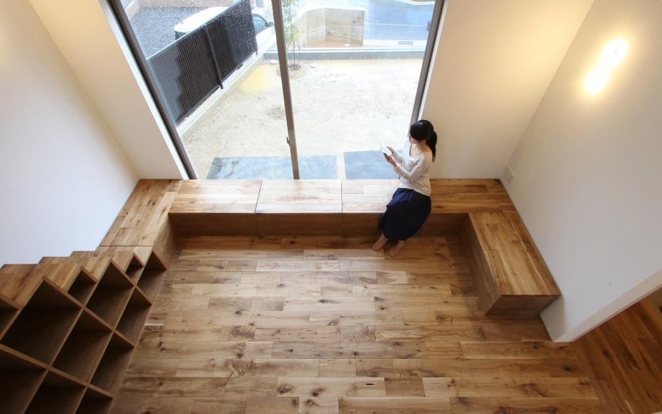 "『tsumiki』""個""の空間を強調、多様な居場所を持つ住宅の部屋 ベンチ収納のある寛ぎのリビング"