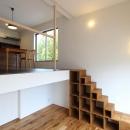 "『tsumiki』""個""の空間を強調、多様な居場所を持つ住宅の写真 階段棚でつながるリビングとダイニング"