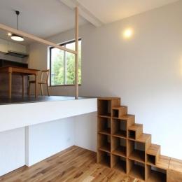 "『tsumiki』""個""の空間を強調、多様な居場所を持つ住宅 (階段棚でつながるリビングとダイニング)"