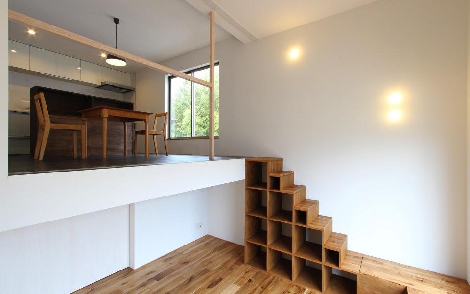 "『tsumiki』""個""の空間を強調、多様な居場所を持つ住宅の部屋 階段棚でつながるリビングとダイニング"