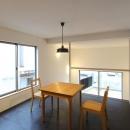 """『tsumiki』""""個""""の空間を強調、多様な居場所を持つ住宅の写真 キッチンよりダイニングを見る"""