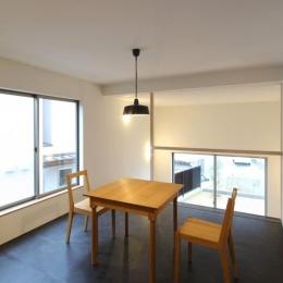 """『tsumiki』""""個""""の空間を強調、多様な居場所を持つ住宅 (キッチンよりダイニングを見る)"""