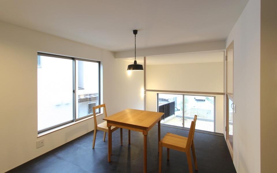 "『tsumiki』""個""の空間を強調、多様な居場所を持つ住宅の部屋 キッチンよりダイニングを見る"