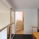 """『tsumiki』""""個""""の空間を強調、多様な居場所を持つ住宅の写真 ダイニングより階段室を見る"""
