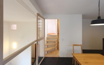 """『tsumiki』""""個""""の空間を強調、多様な居場所を持つ住宅 (ダイニングより階段室を見る)"""