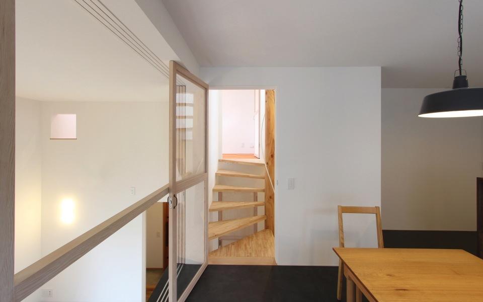 "『tsumiki』""個""の空間を強調、多様な居場所を持つ住宅の部屋 ダイニングより階段室を見る"