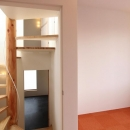 "『tsumiki』""個""の空間を強調、多様な居場所を持つ住宅の写真 オレンジの床の個室"