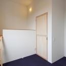 "『tsumiki』""個""の空間を強調、多様な居場所を持つ住宅の写真 ロフト付きの寝室"