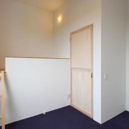 """ロフト付きの寝室 (『tsumiki』""""個""""の空間を強調、多様な居場所を持つ住宅)"""
