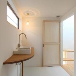 """すっきりとした洗面室 (『tsumiki』""""個""""の空間を強調、多様な居場所を持つ住宅)"""